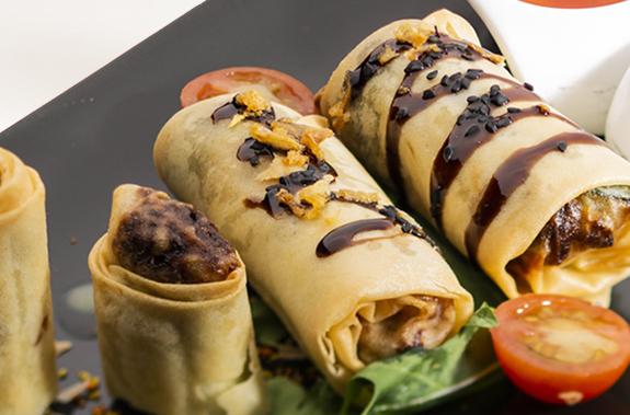 Rollitos crujientes de Singapur rellenos de verduritas, pollo y langostinos con salsas varias - The Morgan Kompany